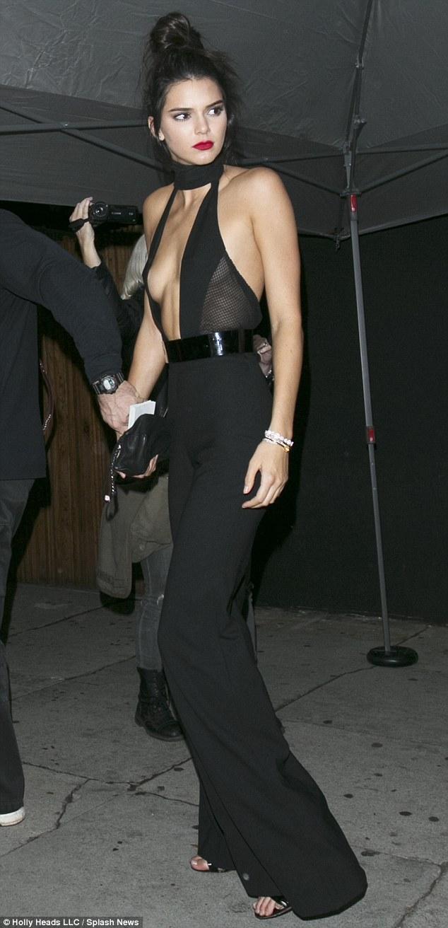 Suốt ngày diện đồ lưới xuyên thấu mặc cũng như không thế này chỉ có thể là đôi bạn cùng tiến Kendall Jenner - Bella Hadid - Ảnh 14.
