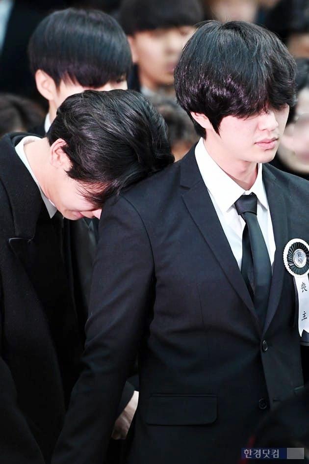 Trong tang lễ Jonghyun, có những người cố nín khóc: Anh cứ an tâm ra đi, chúng em ở lại sẽ cố thay anh mạnh mẽ - Ảnh 10.