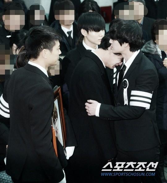 Trong tang lễ Jonghyun, có những người cố nín khóc: Anh cứ an tâm ra đi, chúng em ở lại sẽ cố thay anh mạnh mẽ - Ảnh 22.