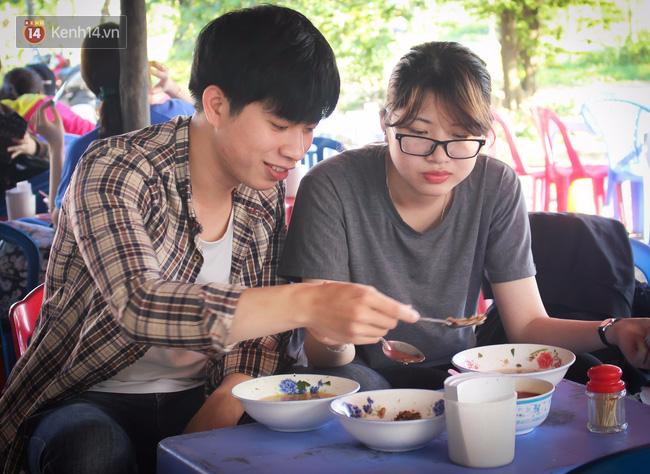 """Quán """"bánh canh ruộng"""" siêu rẻ ở Đà Nẵng, 20 năm qua khách phải chen chân để tự phục vụ - Ảnh 10."""