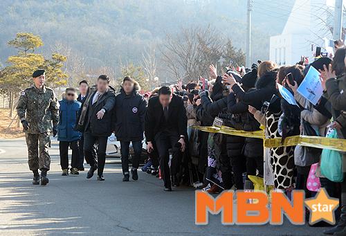 Mặc scandal hành hung, Kim Hyun Joong vẫn được hơn 1.500 fan đến đón ngày xuất ngũ - Ảnh 10.