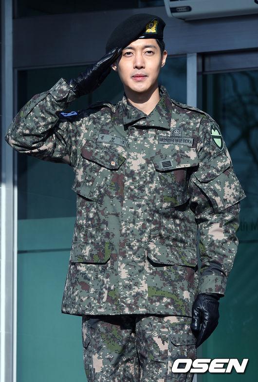 Mặc scandal hành hung, Kim Hyun Joong vẫn được hơn 1.500 fan đến đón ngày xuất ngũ - Ảnh 5.