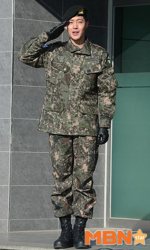 Mặc scandal hành hung, Kim Hyun Joong vẫn được hơn 1.500 fan đến đón ngày xuất ngũ - Ảnh 4.