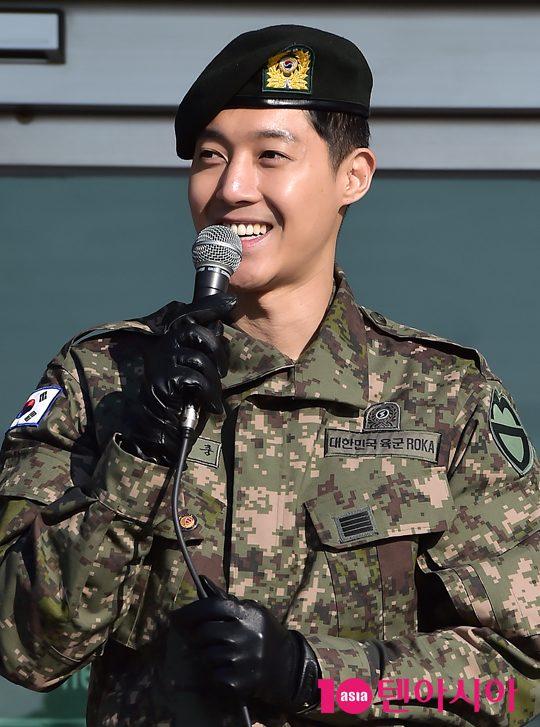 Mặc scandal hành hung, Kim Hyun Joong vẫn được hơn 1.500 fan đến đón ngày xuất ngũ - Ảnh 6.
