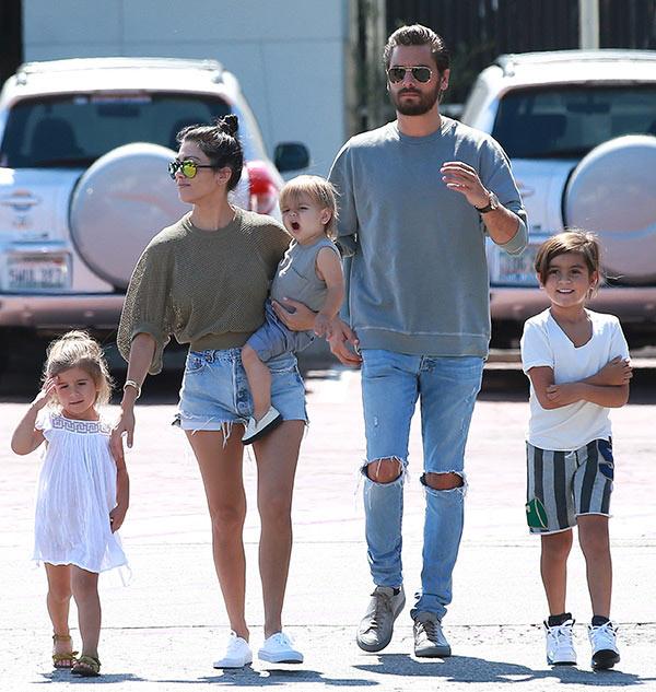 Chị cả nhà Kardashian đã U40 và sinh 3 con mà vẫn cực sexy, khiến phi công trẻ mê mệt - Ảnh 18.