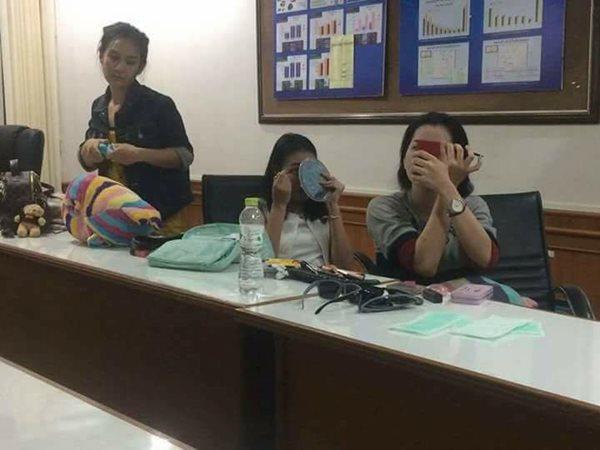Cảnh sát Thái Lan bị chỉ trích vì chụp ảnh cười đùa với nghi phạm vụ giết người gây rúng động - Ảnh 1.