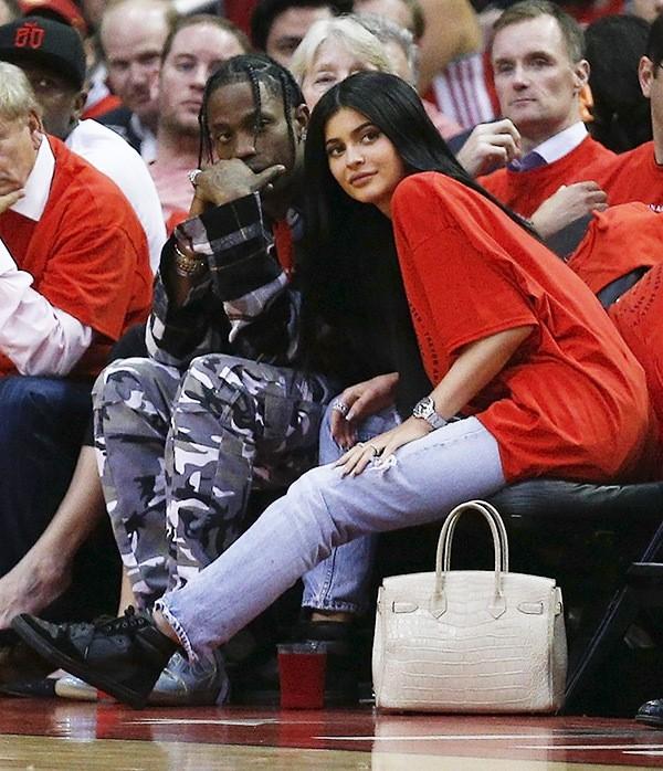 """Kylie Jenner khoe chiếc nhẫn đính viên kim cương """"khủng"""", có thể đã đính hôn và sắp sinh con gái"""
