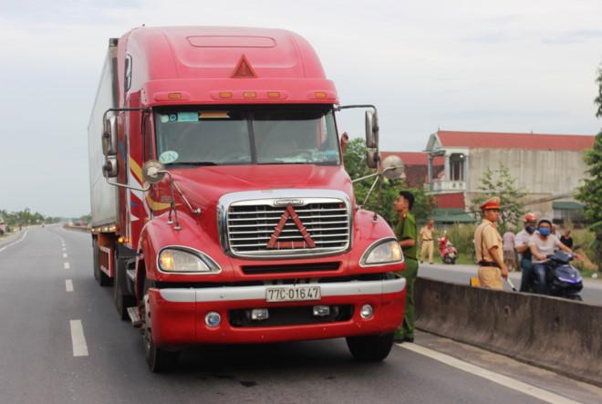 Thượng úy CSGT bám đầu xe container bị hất xuống đường đã qua cơn nguy kịch