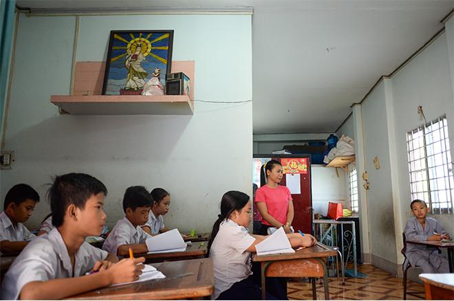 Món quà 1/6 tụi con nít nhà nghèo ao ước giản dị mà nhọc nhằn lắm: Được đến trường - Ảnh 2.