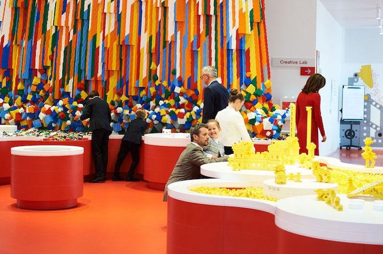 Ghé thăm căn nhà đồ chơi LEGO chóe lọe ngoài đời thực - Ảnh 13.