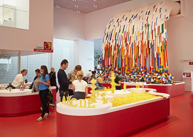 Ghé thăm căn nhà đồ chơi LEGO chóe lọe ngoài đời thực - Ảnh 11.
