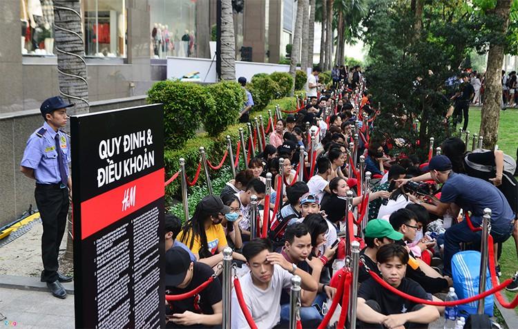 Năm 2017, chỉ khi Zara nắm tay H&M về Việt Nam, giới trẻ Việt mới có những ngày xếp hàng và mua sắm bùng nổ đến vậy - Ảnh 5.