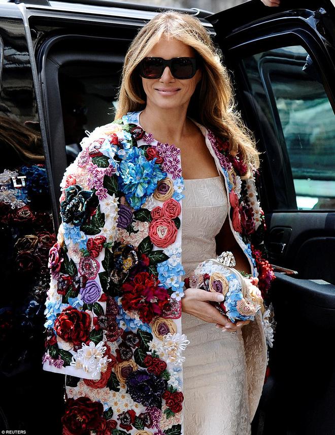 Không hổ danh Đệ nhất phu nhân nước Mỹ, bà Melania Trump lại diện áo khoác hơn 1,1 tỷ đồng - Ảnh 4.
