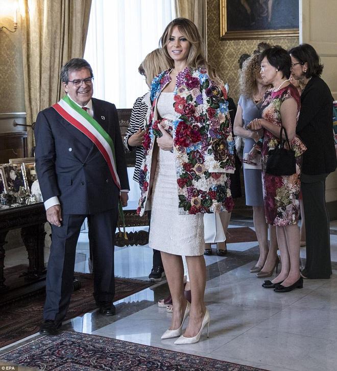 Không hổ danh Đệ nhất phu nhân nước Mỹ, bà Melania Trump lại diện áo khoác hơn 1,1 tỷ đồng - Ảnh 5.