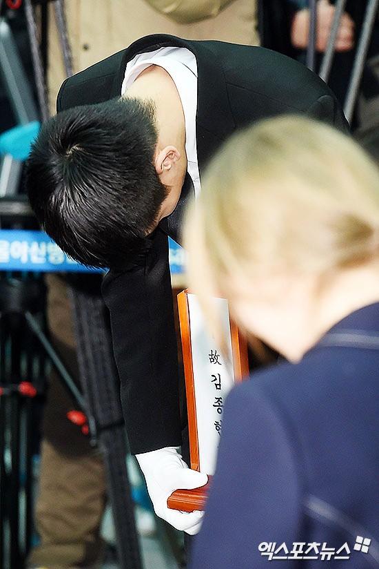 Trong tang lễ Jonghyun, có những người cố nín khóc: Anh cứ an tâm ra đi, chúng em ở lại sẽ cố thay anh mạnh mẽ - Ảnh 6.