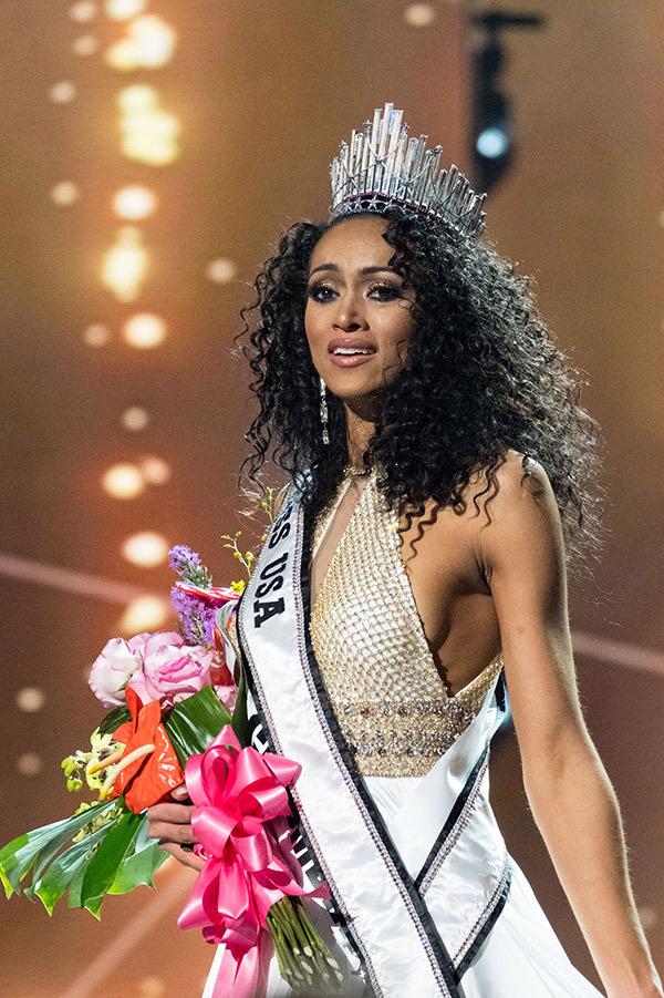 Vượt qua loạt mỹ nhân gợi cảm, nhà khoa học nữ đăng quang Hoa hậu Mỹ 2017 - Ảnh 2.