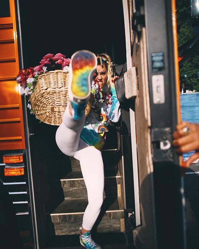 Miley Cyrus hợp tác với Converse ra mắt BST giày tôn vinh cộng đồng LGBT - Ảnh 2.