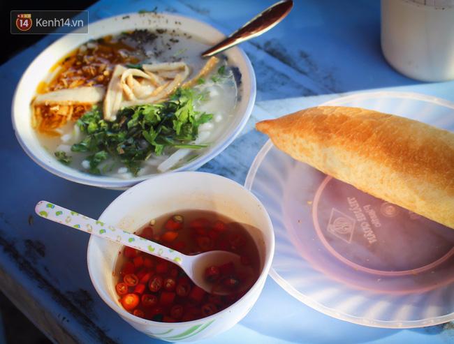 """Quán """"bánh canh ruộng"""" siêu rẻ ở Đà Nẵng, 20 năm qua khách phải chen chân để tự phục vụ - Ảnh 9."""