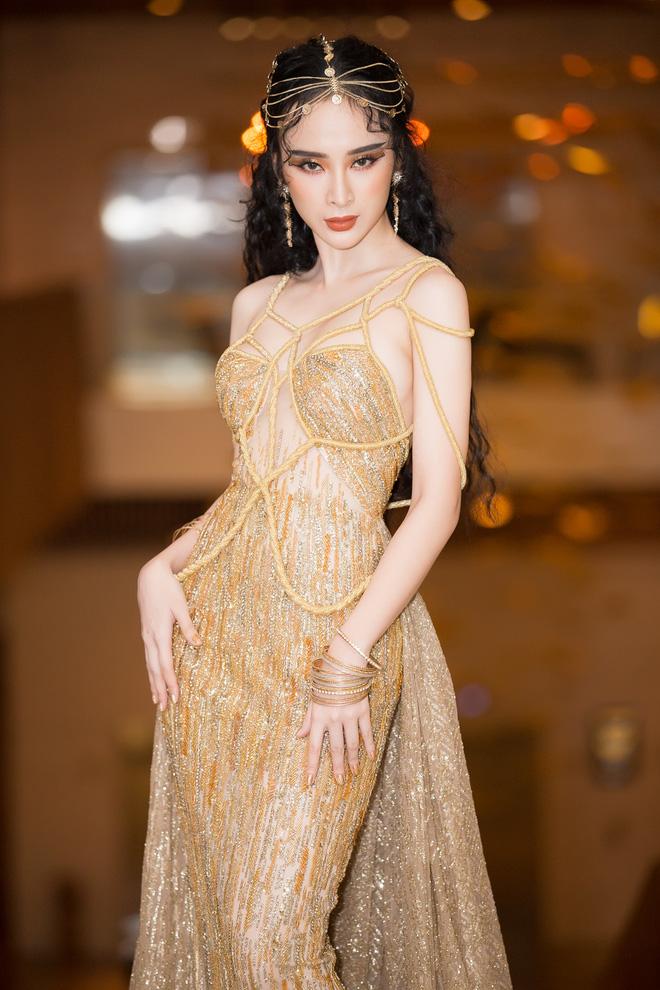 Rườm rà như Nữ thần ngoi từ biển, vẻ đẹp lần này của Angela Phương Trinh quả hơi khó cảm - Ảnh 1.