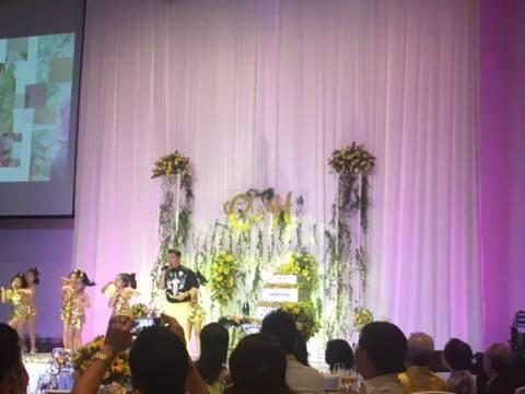 Sau lùm xùm nợ nần, Mr Đàm xuất hiện cùng mẹ ruột trong đám cưới của em gái