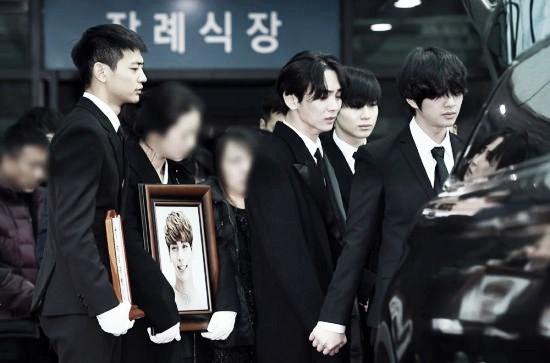Trong tang lễ Jonghyun, có những người cố nín khóc: Anh cứ an tâm ra đi, chúng em ở lại sẽ cố thay anh mạnh mẽ - Ảnh 14.