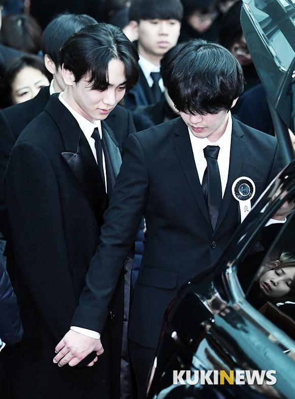 Trong tang lễ Jonghyun, có những người cố nín khóc: Anh cứ an tâm ra đi, chúng em ở lại sẽ cố thay anh mạnh mẽ - Ảnh 17.