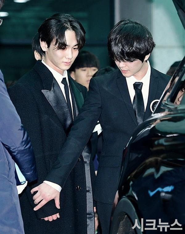 Trong tang lễ Jonghyun, có những người cố nín khóc: Anh cứ an tâm ra đi, chúng em ở lại sẽ cố thay anh mạnh mẽ - Ảnh 16.