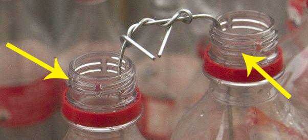 Ai cũng thấy miệng chai nước có những đường gồ đứt đoạn nhưng lý do tồn tại của chúng thì mấy ai hay - Ảnh 1.