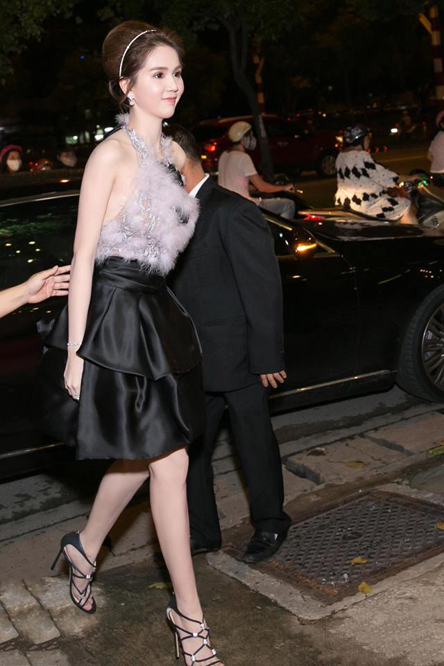 Lấy lại phong độ sau nghi án váy nhái, Ngọc Trinh bỏ xa sao Hollywood khi đụng đầm hiệu - Ảnh 1.