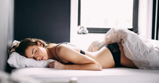 Trằn trọc thế nào cũng bất lực với mẹo hay giúp chìm vào giấc ngủ trong 1 phút này - Ảnh 1.