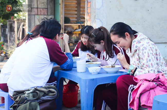 """Quán """"bánh canh ruộng"""" siêu rẻ ở Đà Nẵng, 20 năm qua khách phải chen chân để tự phục vụ - Ảnh 8."""