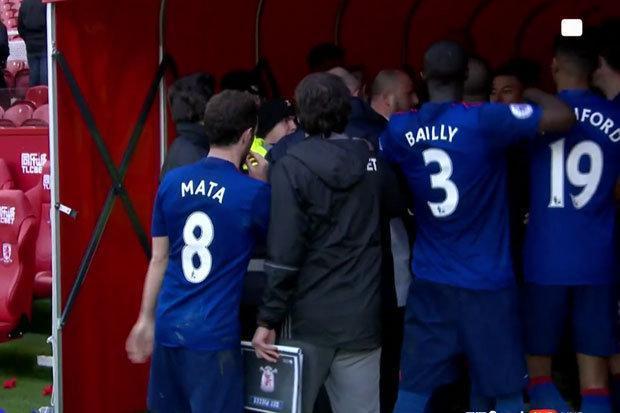 Sao Man Utd suýt đánh cầu thủ Middlesbrough - Ảnh 2.