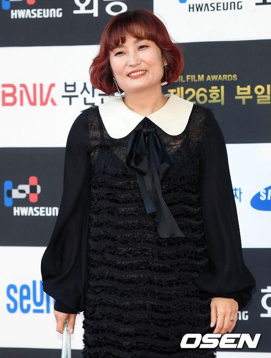 Thảm đỏ liên hoan phim Busan ngày 2: Nữ thần của nữ thần Son Ye Jin một mình cân cả dàn mỹ nhân - ảnh 16