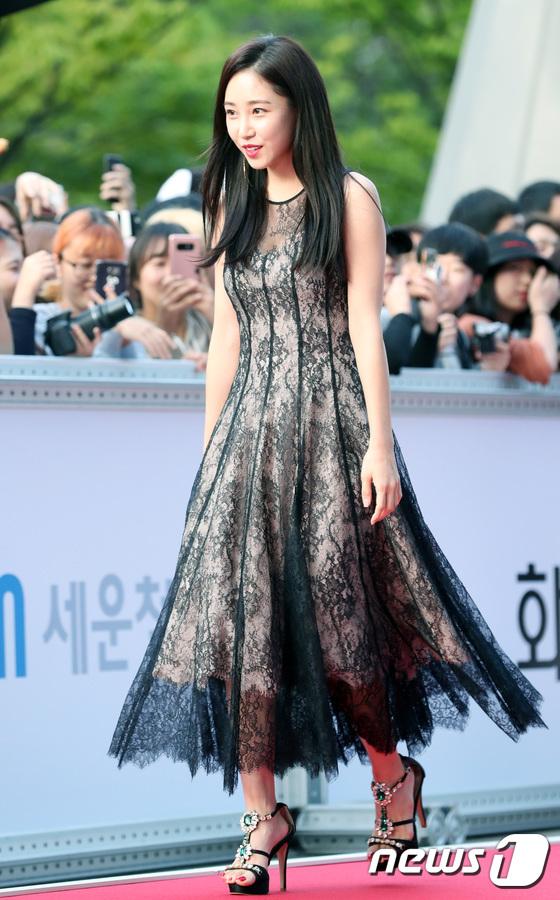 Thảm đỏ liên hoan phim Busan ngày 2: Nữ thần của nữ thần Son Ye Jin một mình cân cả dàn mỹ nhân - ảnh 11