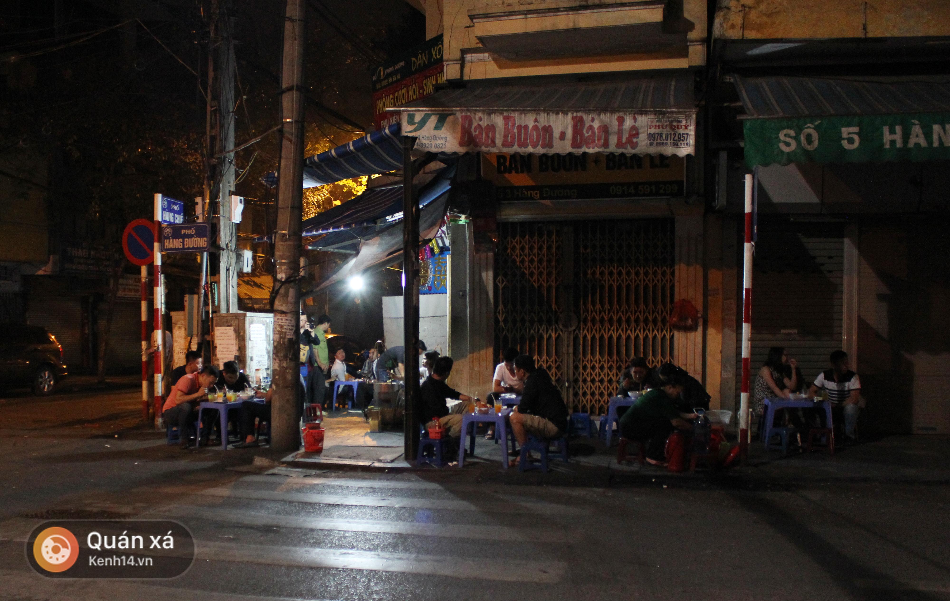 Ẩm thực: Giữa lòng phố cổ có 1 gánh phở chỉ bán lúc 3 giờ sáng mà khách vẫn ...