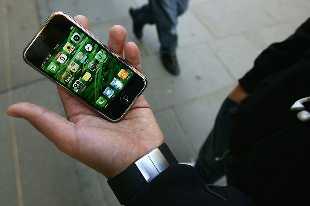 10 năm trước, iPhone lần đầu tiên về Việt Nam với giá nghìn đô nhưng... không dùng được - Ảnh 3.