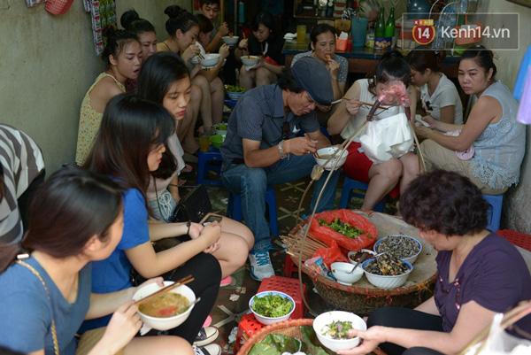 Có gì ở những hàng quán vỉa hè Hà Nội suốt hàng chục năm vẫn không ngớt khách? - ảnh 1