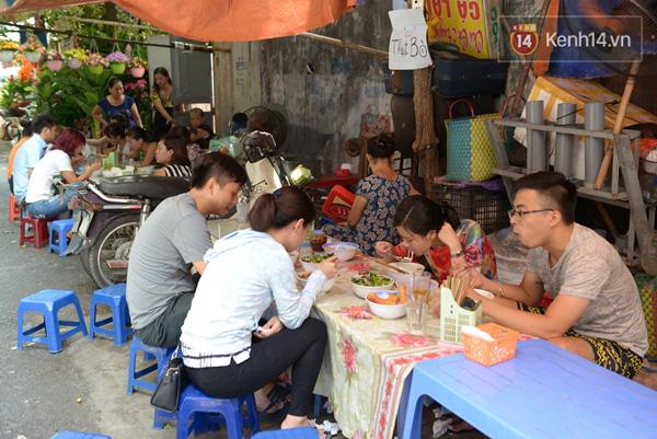 Có gì ở những hàng quán vỉa hè Hà Nội suốt hàng chục năm vẫn không ngớt khách? - ảnh 2