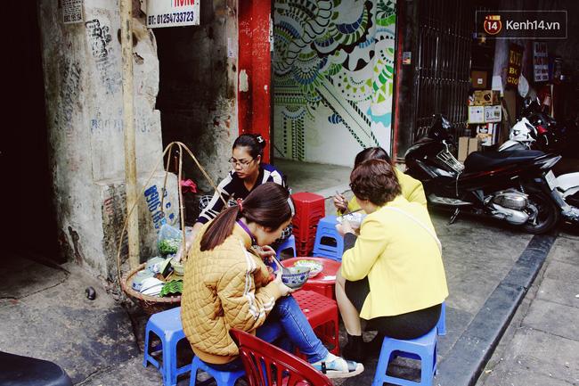 Có gì ở những hàng quán vỉa hè Hà Nội suốt hàng chục năm vẫn không ngớt khách? - ảnh 3