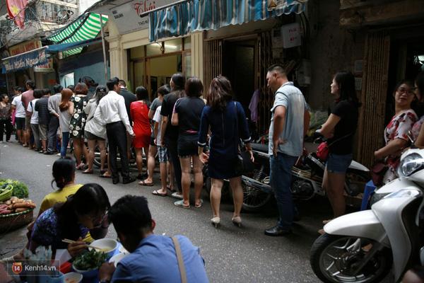 Có gì ở những hàng quán vỉa hè Hà Nội suốt hàng chục năm vẫn không ngớt khách? - ảnh 4