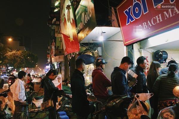 Có gì ở những hàng quán vỉa hè Hà Nội suốt hàng chục năm vẫn không ngớt khách? - ảnh 9