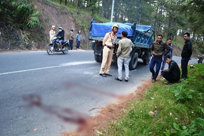 Hãi hùng nam thanh niên ngồi nghe nhạc rồi lao vào xe tải tự tử