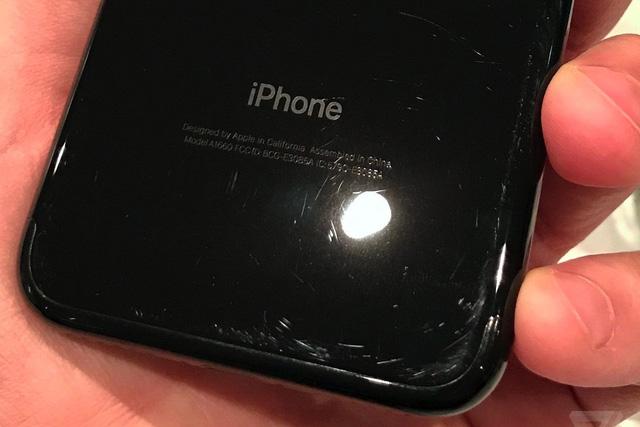 Từ đắt không thể mua nổi, iPhone 7 đen bóng giờ thành rẻ nhất không ai mua