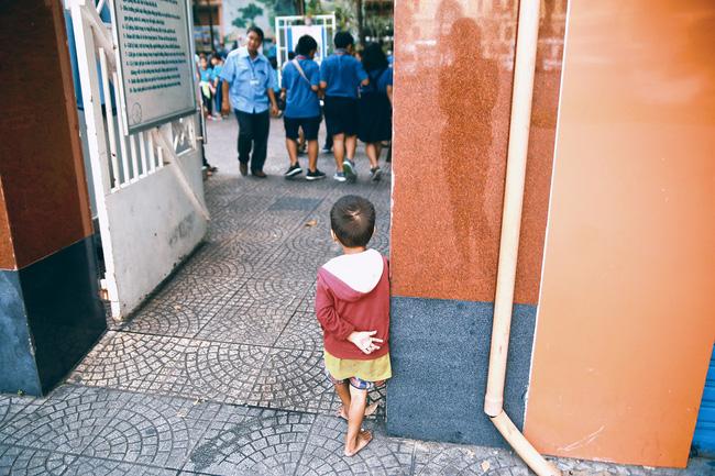 Nhiều người xúc động và muốn giúp cậu bé 4 tuổi trong bức ảnh xếp dép được đi học miễn phí - Ảnh 12.