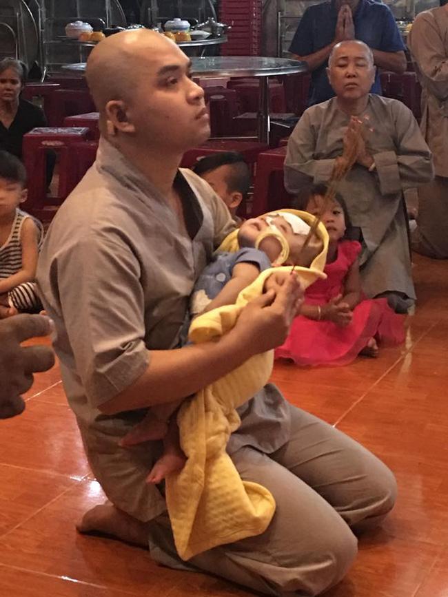 """Bé trai bị não úng thủy nặng đã về đến chùa Vạn Đức: """"Cầu mong kỳ tích xảy ra với Đức Lộc"""""""