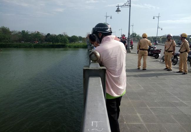 Nam thanh niên bất ngờ lao xuống sông Hương tự tử - Ảnh 1.
