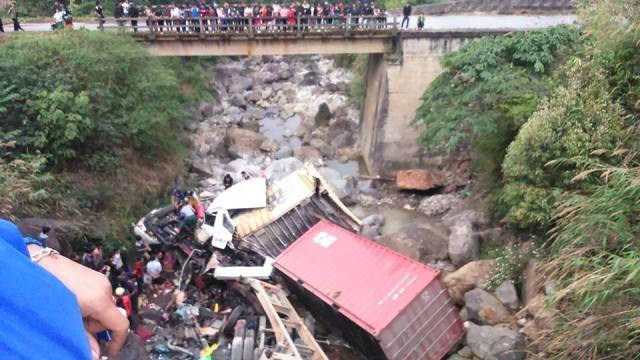 Xe container mất lái, lao qua cầu rồi rơi xuống suối - ảnh 2