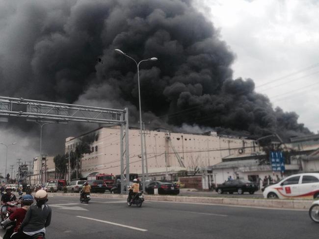 Vụ cháy nhà xưởng công ty may ở Cần Thơ: Thiệt hại 6 triệu USD, chủ doanh nghiệp ngất xỉu tại hiện trường - Ảnh 2.