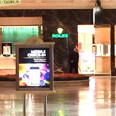 Súng nổ, khách hoảng loạn bỏ chạy khỏi khách sạn ở Las Vegas - Ảnh 1.