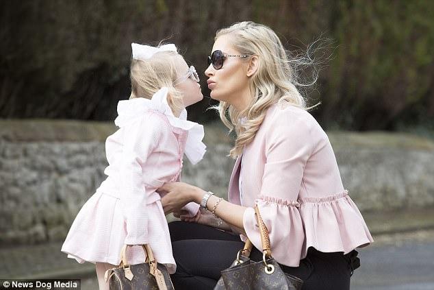 Mẹ trẻ chi bạo sắm đồ Louis Vuitton cho con gái diện gây tranh cãi - Ảnh 1.